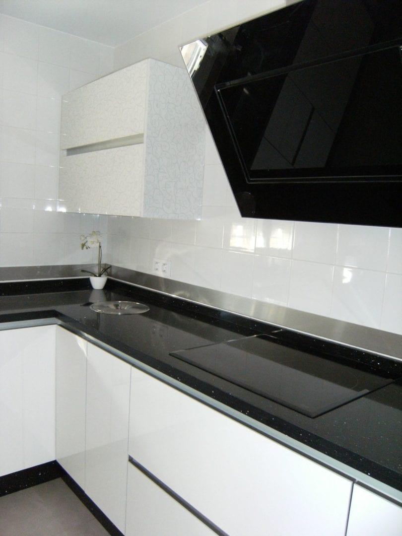 Cocinova cocinas con cenefas de acero inoxidable cocinova for Articulos acero inoxidable para cocina