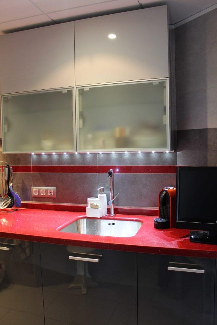 Cocinova cocina con cenefa de silestone rojo eros cocinova - Cocinas de silestone ...