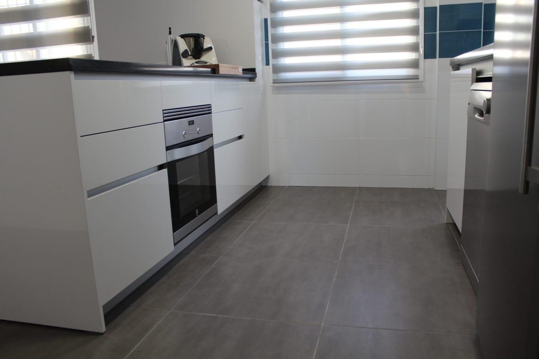Cocinova cocina sin tiradores con encimera naturamia - Tiradores armarios cocina ...