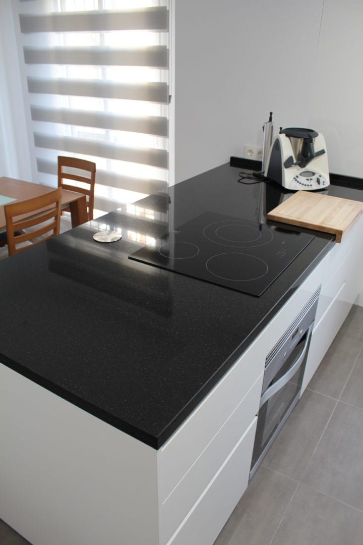 Cocina blanca tiradores integrados for Muebles de cocina sin tiradores