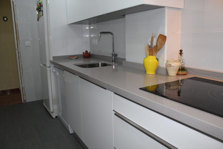 Cocinova cocina de formica en color blanco cocinova cocinas for Cocinas en color blanco