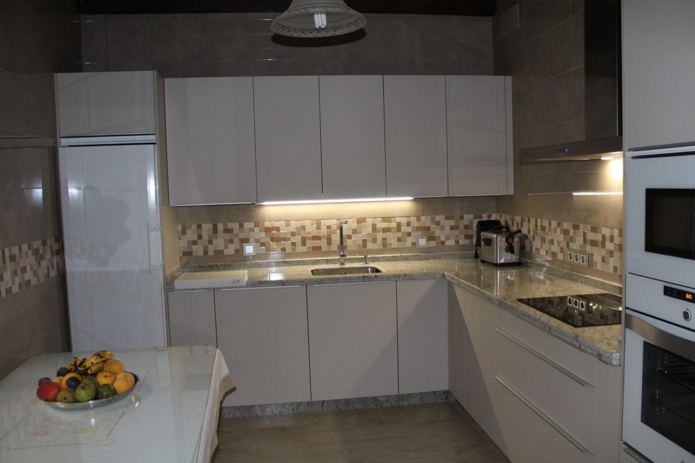 Cocinova cocina con encimera naturamia modelo warwick - Anchura encimera cocina ...