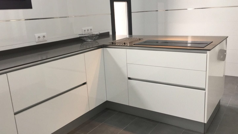 Cocinova cocina en color blanco cristal cocinova cocinas - Cocinas de color blanco ...