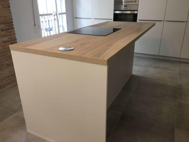 Cocinova cocina con muebles polilaminados instalada en sevilla for Proyecto muebles de cocina