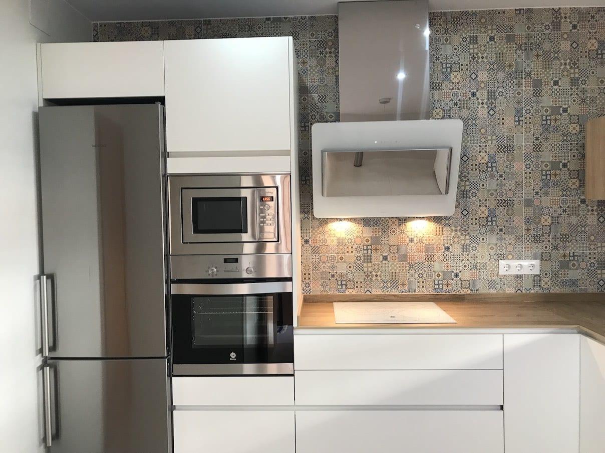 Cocinova cocina con campana elica modelo belt de cristal blanco - Campanas de cocina de cristal ...